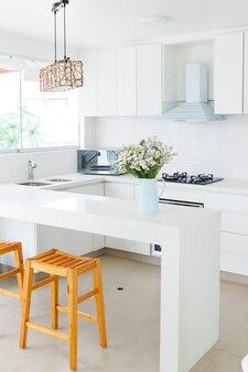 Милая цветочная композиция на домашней кухне