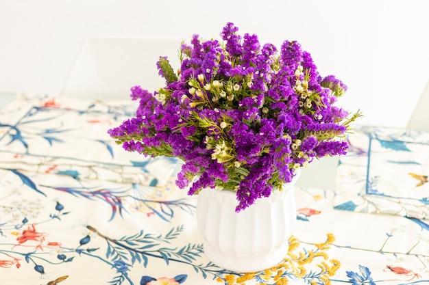 夕食のテーブルを飾る、紫色の静的なかわいいフラワーアレンジメント