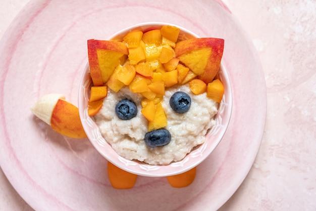 子供オートミールのお粥のためのかわいい面白いキツネの顔の朝食