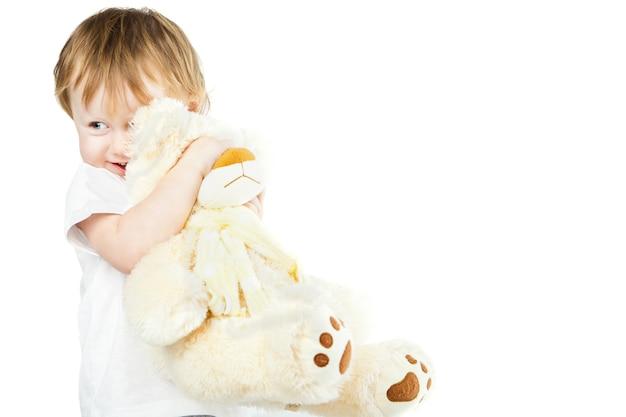Милая забавная младенческая девочка с большим игрушечным медведем, портрет красивого ребенка крупным планом