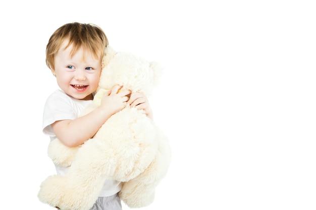 Милая забавная младенческая девочка с большим игрушечным медведем