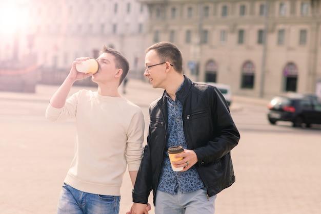 街のかわいい同性愛者のカップル、優しい優しいキス、笑顔