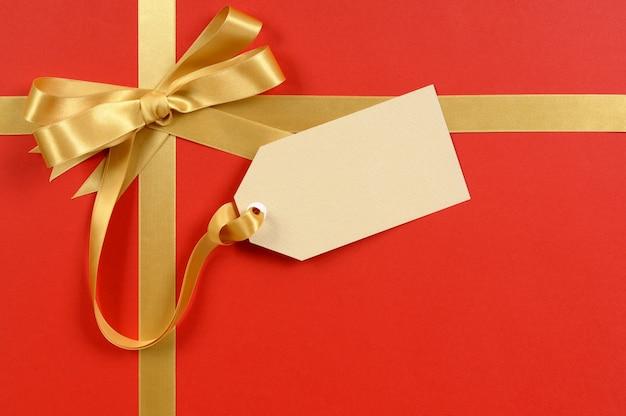 Подарок тег с золотой лентой