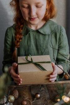크리스마스 선물 상자와 귀여운 생강 소녀