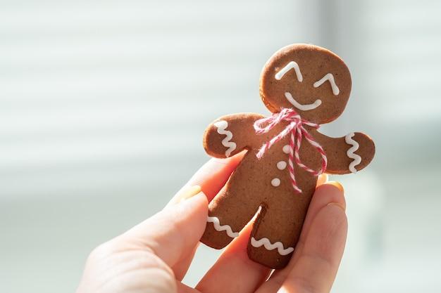クリスマスカードのためのかわいいジンジャーブレッドマン