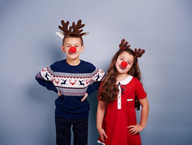 Милая девочка и мальчик в костюме оленя