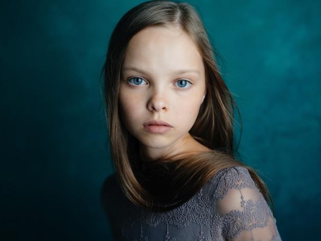 귀여운 소녀 매력적인 모습 녹색 배경 스튜디오입니다. 고품질 사진
