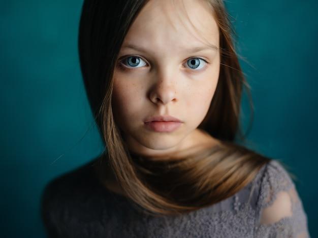 かわいい女の子の白黒写真の不満の悲しみ