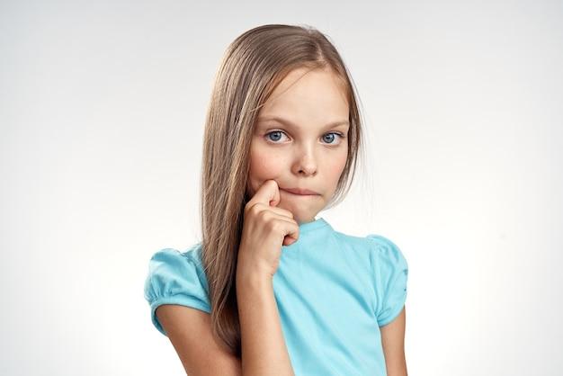 かわいい女の子青いドレストリミングビュー明るい背景感情子供時代の楽しみ