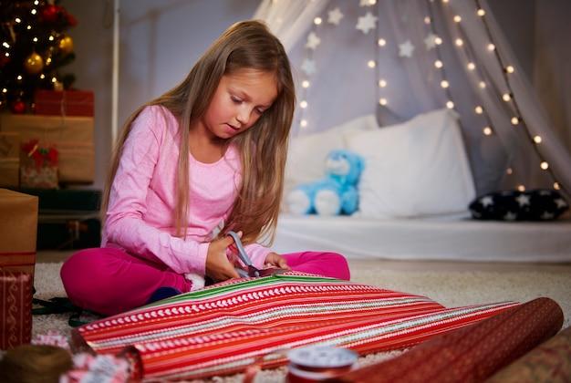 クリスマスの紙を切るかわいい女の子