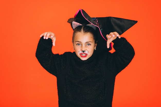 スタジオでハロウィーンの衣装に身を包んだかわいい女の子