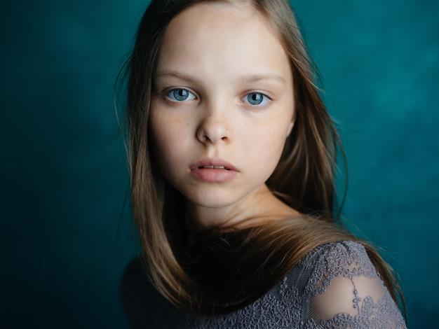 귀여운 소녀 감정 우울증 스튜디오 포즈