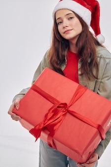 Милая девушка подарочная коробка стиль жизни студия обрезанный вид