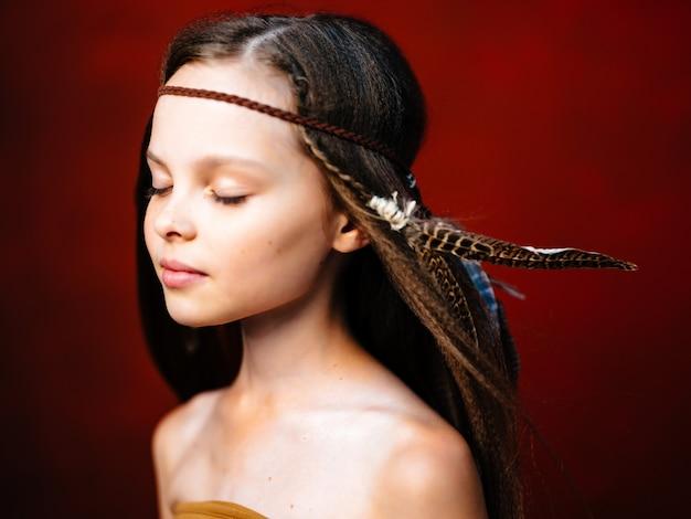 Симпатичная девушка прическа апач этнической принадлежности красный фон