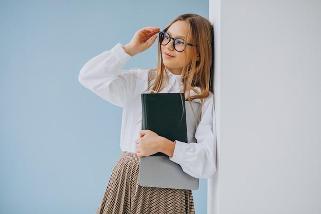사무실에서 책과 노트북을 들고 귀여운 여자