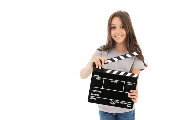 カチンコを作る映画を保持しているかわいい女の子。
