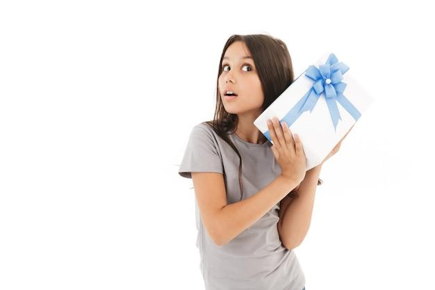Милая девушка держит подарочную коробку-сюрприз.