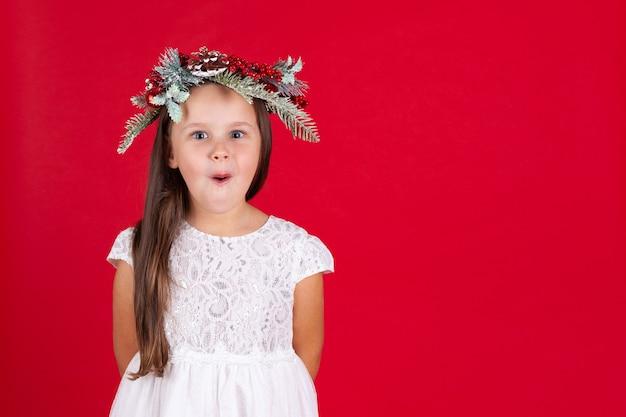 クリスマスの花輪のかわいい女の子
