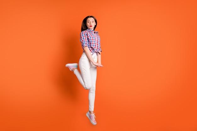 かわいい女の子のジャンプを楽しんでリラックス送信エアキスを送信