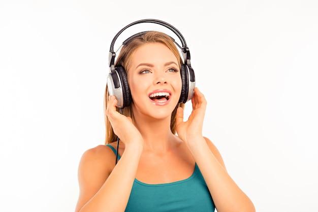 헤드폰에서 음악을 듣고 귀여운 여자