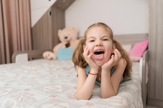 かわいい女の子はベッドで変な顔になります