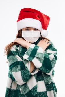 Милая девушка медицинская маска новогодняя одежда праздник рождество. фото высокого качества