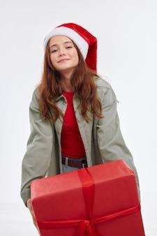 Милая девушка новый год подарок улыбка санта шляпа праздник веселье радость