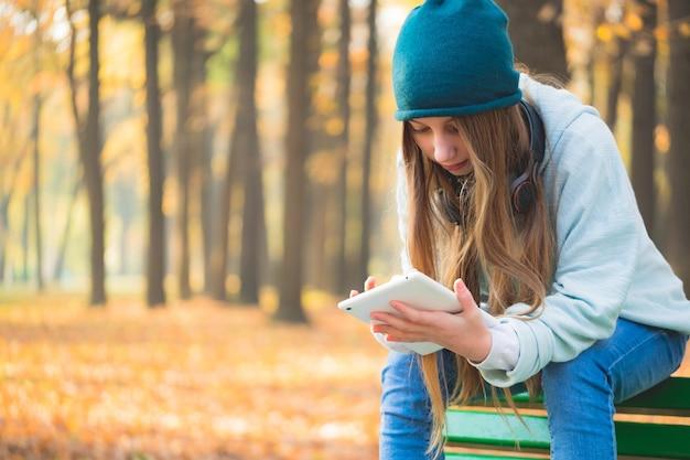公園のベンチでかわいい女の子