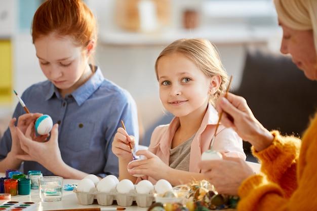 イースターのためのかわいい女の子の絵の卵