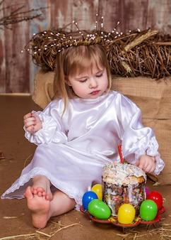かわいい女の子は本物のウサギとアヒルの子と遊ぶ