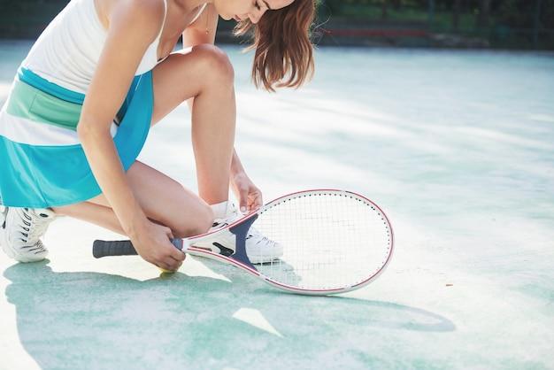 テニスをして、ポーズかわいい女の子