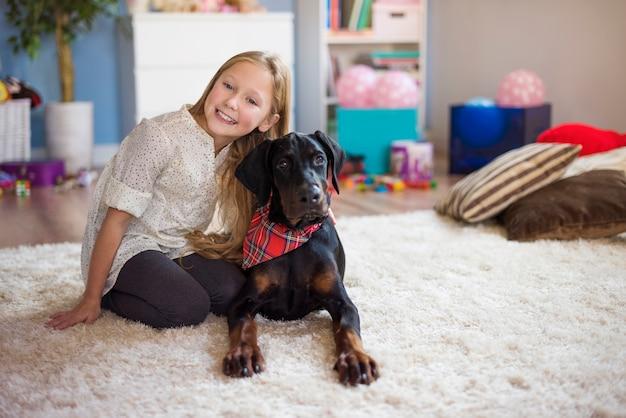 그녀의 귀여운 애완 동물과 함께 포즈를 취하는 귀여운 소녀