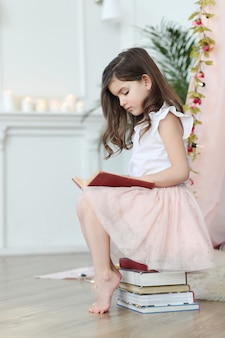 Милая девушка, читающая книгу