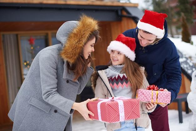クリスマスプレゼントを受け取るかわいい女の子