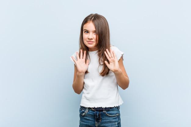 嫌悪感のジェスチャーを示す誰かを拒否するかわいい女の子。