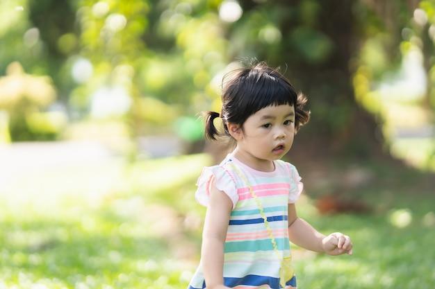 庭で走っているかわいい女の子