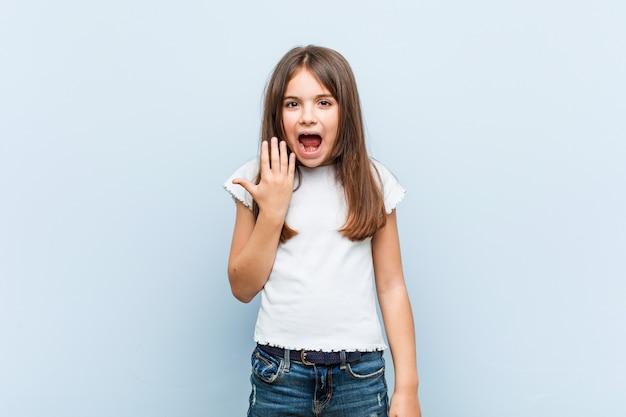 怒りで叫んでいるかわいい女の子。