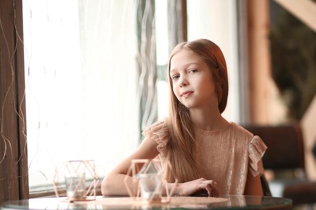 아늑한 카페에서 테이블에 앉아 귀여운 여자