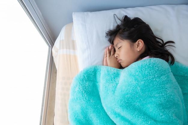 Милая девушка спит в постели