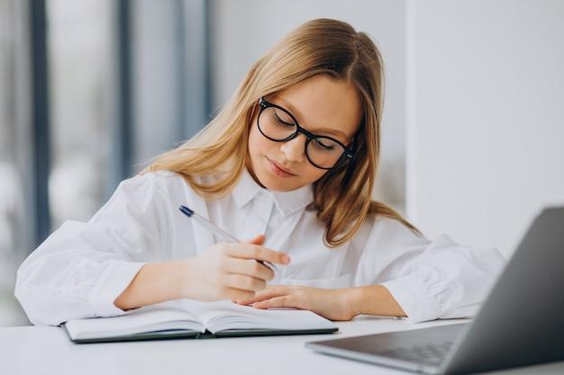 집에서 컴퓨터에서 공부하는 귀여운 여자