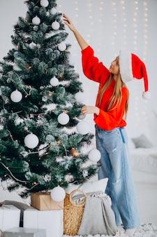 크리스마스 트리, 빨간 산타 모자에 귀여운 여자 십 대