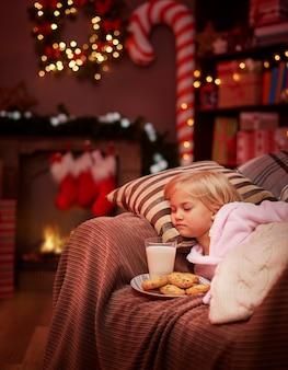 산타 클로스를 기다리는 피곤 귀여운 소녀