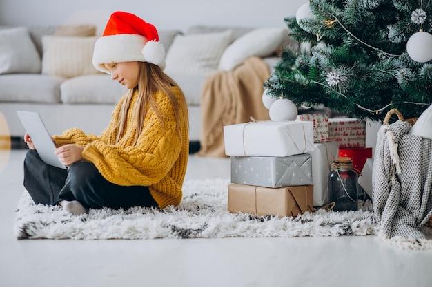 크리스마스 트리 컴퓨터를 사용 하여 귀여운 소녀