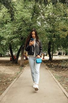 公園を歩いているかわいい女の子