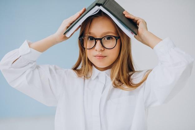 사무실에서 책을 가진 귀여운 소녀