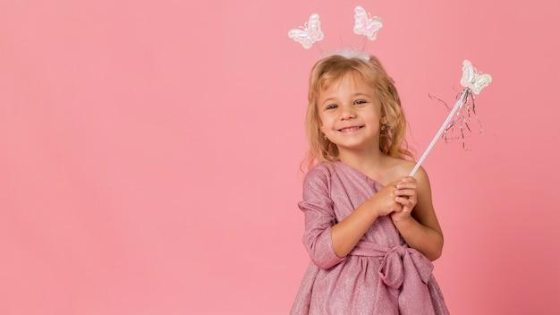 妖精の衣装とコピースペースを持つかわいい女の子