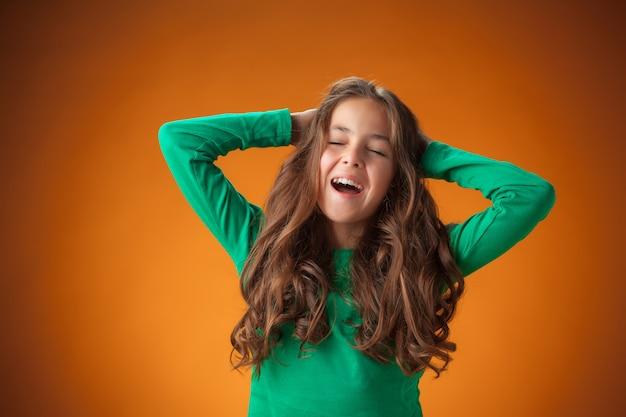 녹색 스웨터와 귀여운 소녀