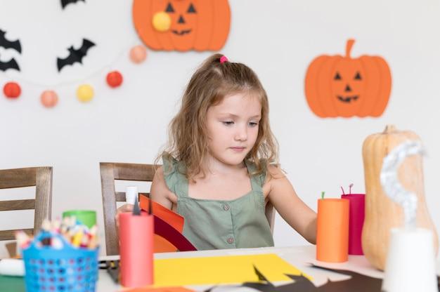 Милая девушка с концепцией хэллоуина