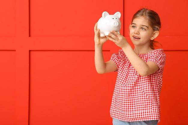 色の貯金箱とかわいい女の子