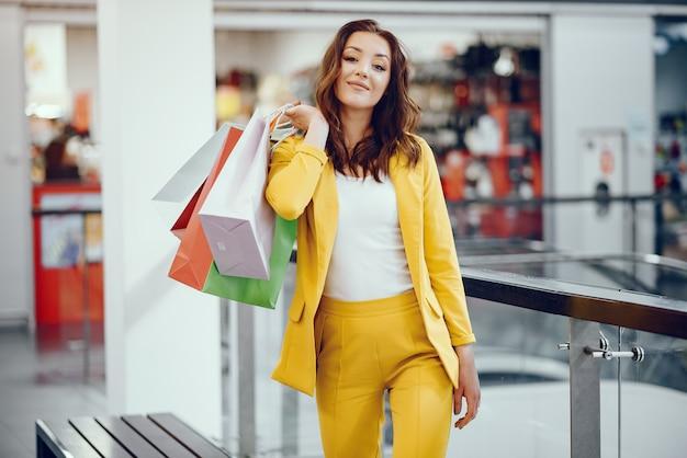 도시에서 쇼핑 가방 귀여운 소녀